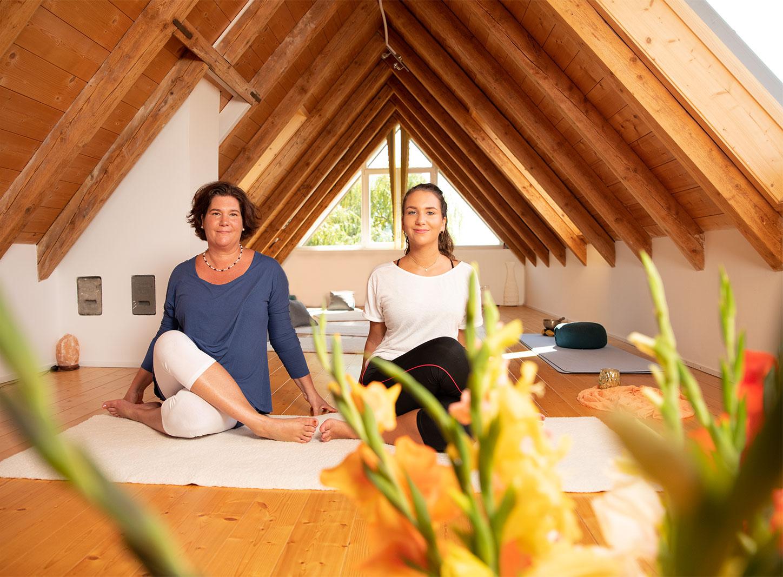 Yoga in der Praxis am Seeufer